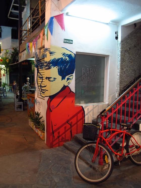Foto de una pintura de Diego Roa en el local de Baby Snakes de Patio del Liceo