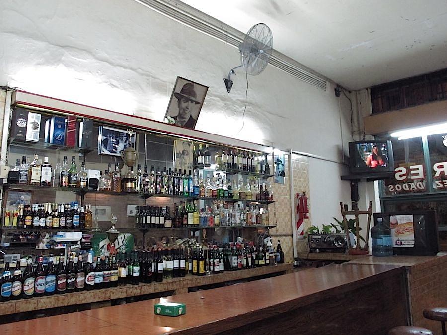Café/Bar San Bernardo - Barra de la entrada hacia el frente. Foto