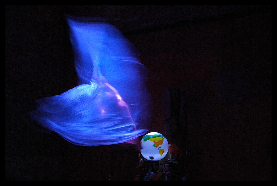Escena de Una cabellera celeste que brilla en el espacio, unipersonal de Carla Pantanali Sandrini. Foto