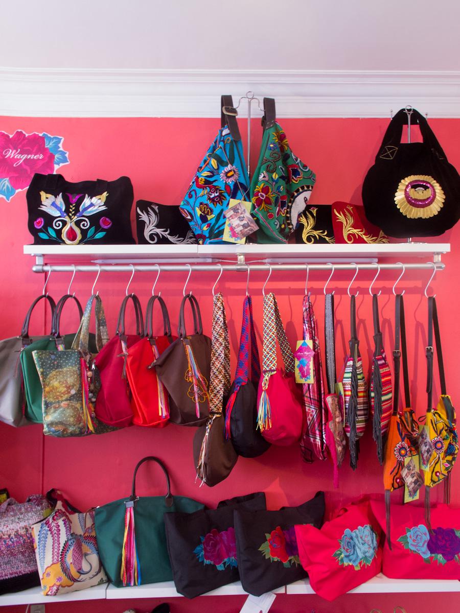 Carteras Susan Wagner en la tienda Geográfica de Miraflores. Foto