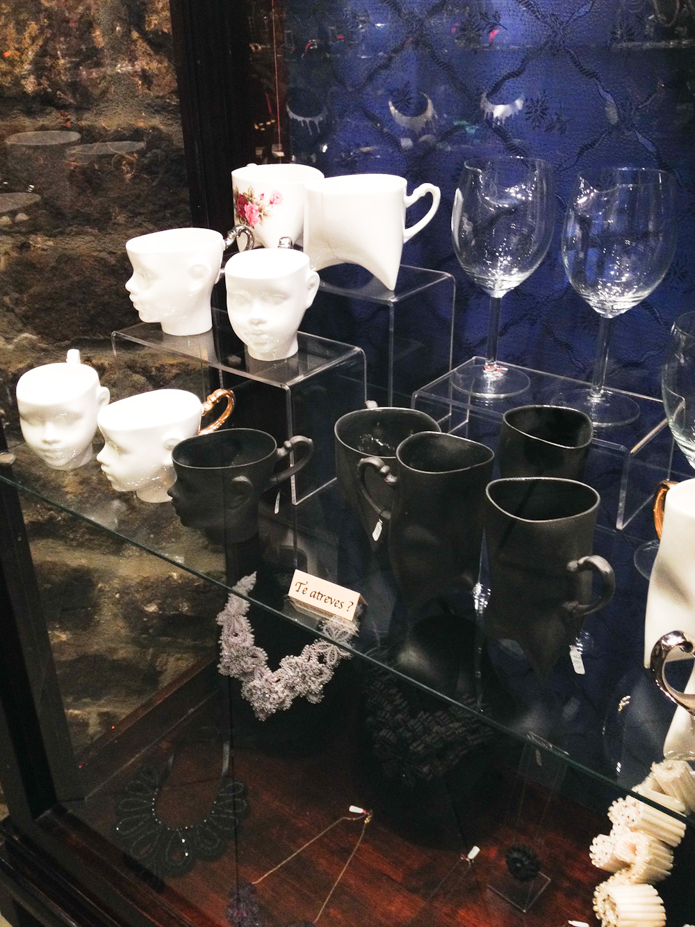 Tazas de cerámica con formas de caras en La Basílica. Foto