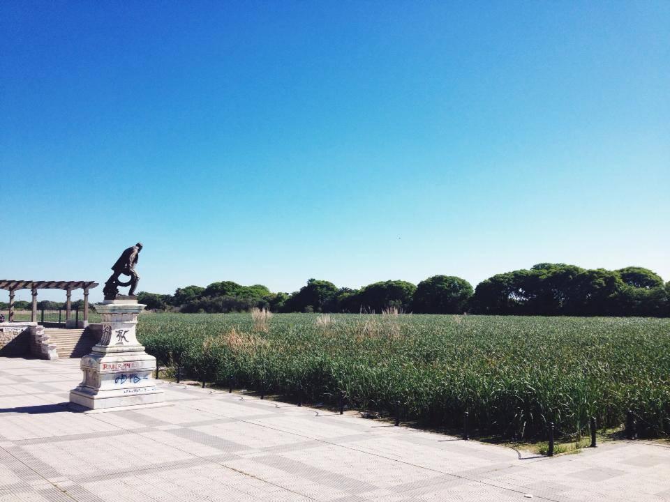 Monumento al guardavida en la Costanera Sur de Buenos Aires. Foto