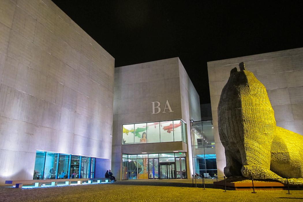 Vista nocturna del Museo de Arte Contemporáneo de Buenos Aires en Mar del Plata (MAR). Foto