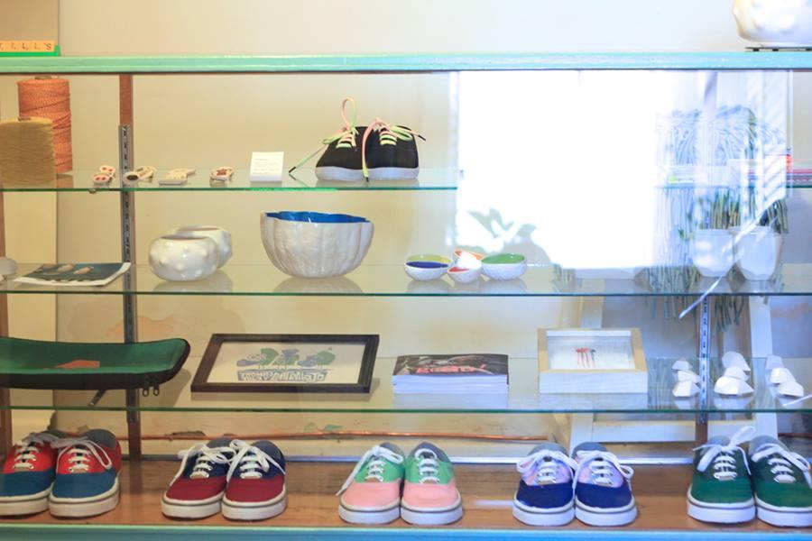 Objetos de SUD, libro Guau y zapatillas ARDA en la tienda de Mundo Estudio en San Juan. Foto