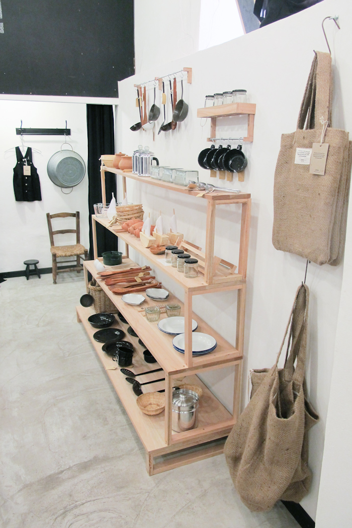 Mueble de Walter Mosquera y objetos de bazar. Foto